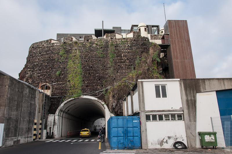 22. Февраль. Мадейра. Канатная дорога. Фуншал. А вот и выход из порта в город.