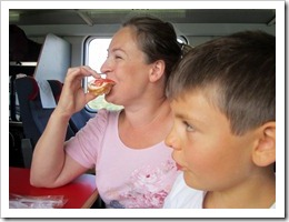Efter 2 timmar komm Nell och Robert från sin sovvagn bort till oss för att äta frukost.