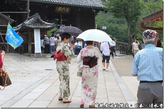 日本京都府-清水寺,有許多的日本人會穿著傳統和服前來參拜。