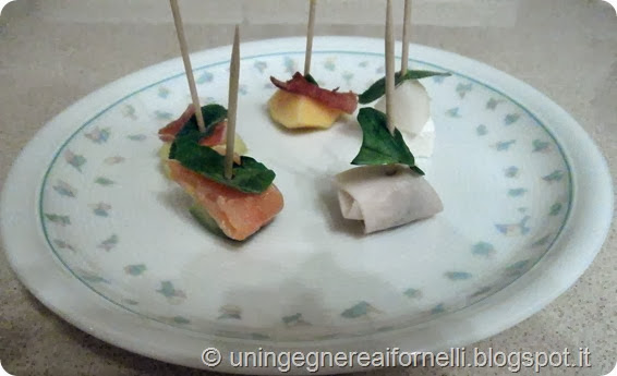 antipasto aperitivo frutta affettato prosciutt cotto crudo salmone affumicato speck olive verdi pecorino formaggio pere ananas avocado pesca finger food stuzzichini basilico rucola salvia