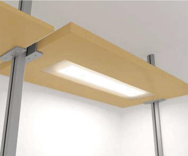 Entrepaño regulable de madera de maple o melamina, con luz y ménsula metálica para sujeción.
