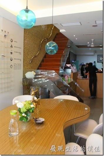 台南-L+B_Coffee綠色咖啡館一樓的景象及有點時尚間復古感的樓梯。