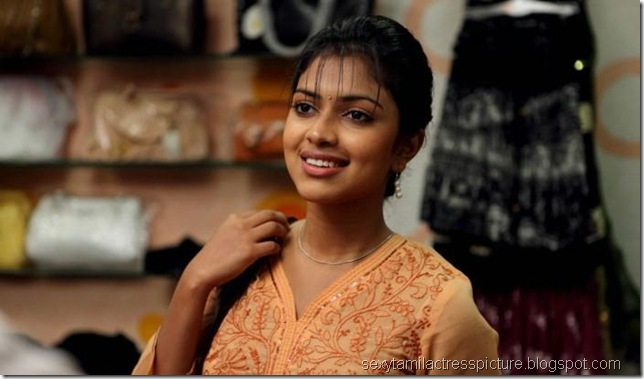 beautiful-actress-amala-paul-stills-in-kadhalil-sodhapuvathu-eppadi