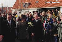 Mensen rijen dik proberen een glimp op te vangen van de Koningin - Foto: Jan Kleinjan - Daarle