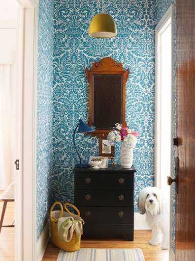 A bold wallpaper works well in this small entryway. (apartmenttherapy.com)