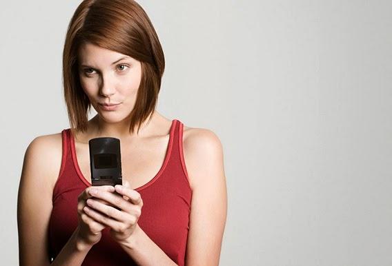 femeie cu telefon