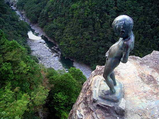 Tribute-To-Peeing-Statues-87