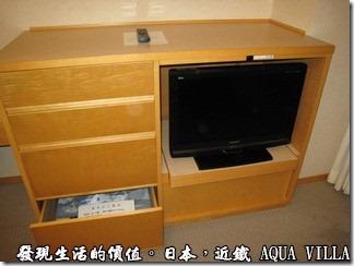 日本伊勢志摩市的近鐵水上別墅飯店(Hotel Kintetsu Aquavilla Ise-Shima),房間內的設備都是小小地,連書桌也是小小一片木頭而已,電視機更是小得可憐,大概只有24吋吧!