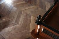 """pavimento in legno a """"lisca falsa"""" prodotto con listoni di rovere antico in 1°patina"""