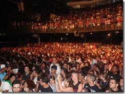 Público espera pelo Rosa de Saron