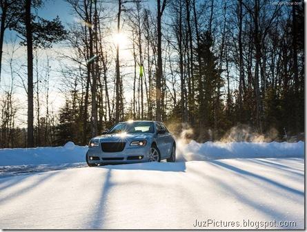 Chrysler-300_Glacier_2013_800x600_wallpaper_0b
