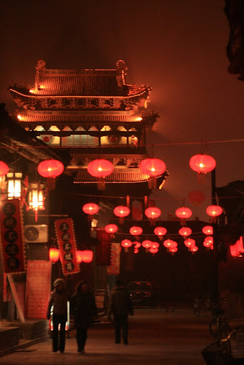 Pingyao streets by night, the mist illuminated by the red glow of lanterns.