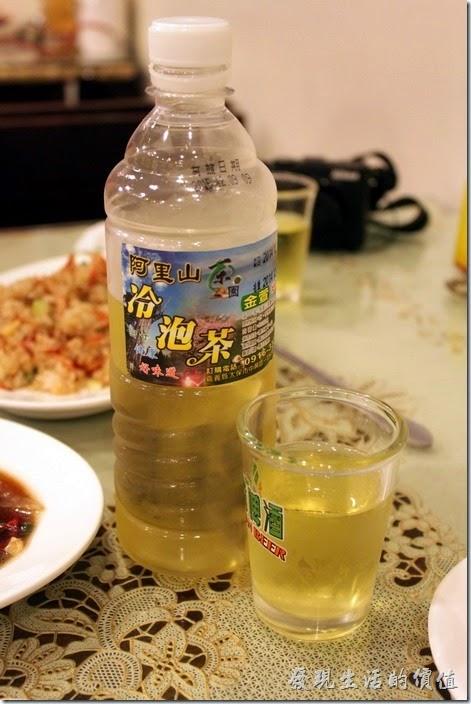 東港-國珍海產店。這裡有阿里山的冷泡茶,上次在某家餐廳也有喝過一次,真的不錯喝,看到冰櫃內有馬上給它取出來喝。