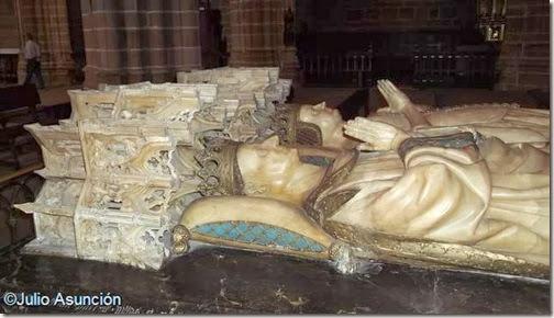 Detalle de las filigranas góticas de los doseles de la tumba de Carlos III el Noble