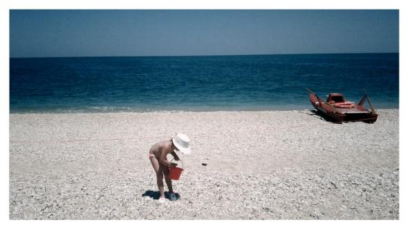 Fotografia di bambina che gioca sulla spiaggia