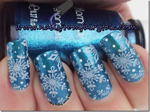 matching manicure - snowflakes 6