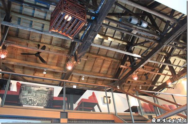 「街役場古蹟餐坊」的屋頂還保留著木頭樑柱建築