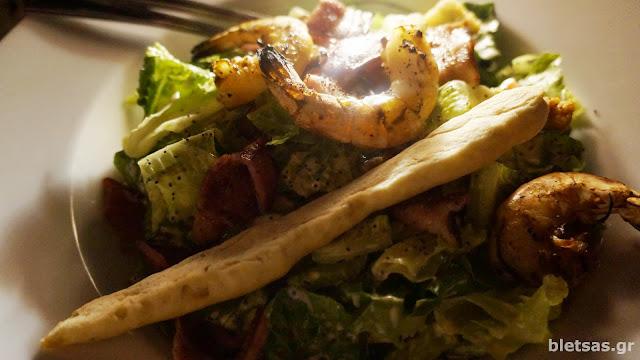 Σαλάτα του καίσαρα με γαρίδες και μπέικον.