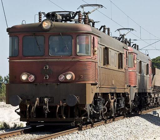 684px-Portuguese_Railways_2560_and_2557_locomotives.jpg