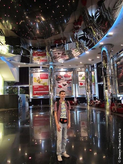 В лобби кинотеатра Krungsri Cineplex