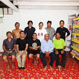 ルマ・オゴス村長(前列右から2人目)との集合写真