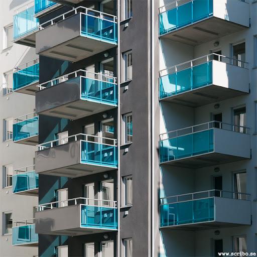 balkonger med blått glas i Kungsängen