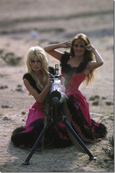 hot-women-guns-26