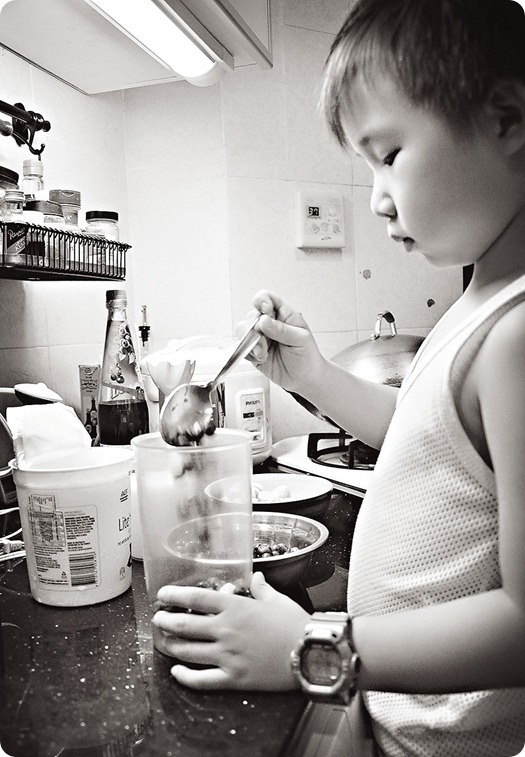 Josh-making-blue-banana-smoothie