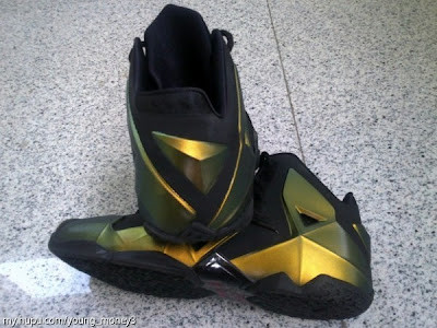 nike lebron 11 ss black gold 1 03 Nike LeBron XI (11) Black / Gold Logo less Sample