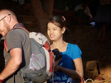 Fata Myanmar cu tanakha pe fata