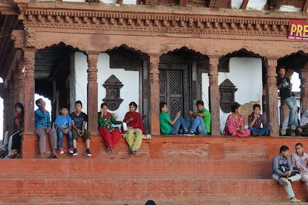 Obiective turistice Nepal:  Odihna in cerdacul unui templu