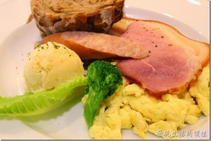 台南-地球咖啡烘培美食-早午餐。我喜歡這片里肌肉,不過其最外面那圈外皮有點硬,散蛋做得還可以。