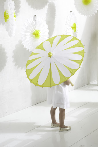 These pretty yellow parasols are such a fun way to keep guests cool and shaded. I embellished the plain yellow with some white cut-out petals to make my flower girl look as cute as a daisy. It's even a cute project for the kids to work on at the party! Get the how-to here: http://ow.ly/con2Y