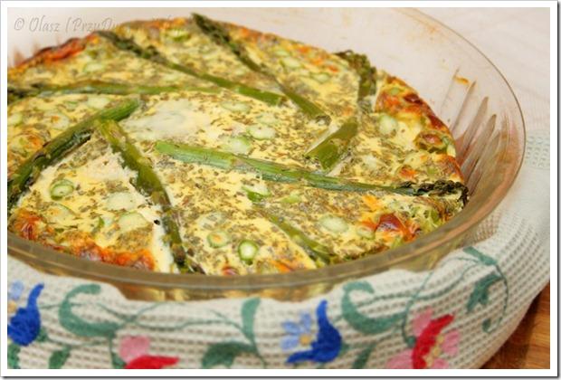 zielone szparagi z białą kiełbasą