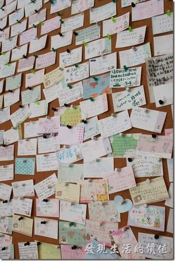 台南-綠帕克咖啡館。再過去一點的牆面還有個訪客留言佈告欄。