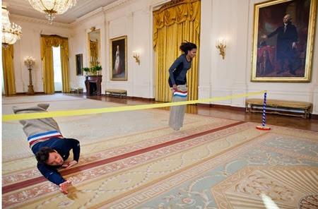 Michelle Obama in una gara di corsa coi sacchi con il conduttore televisivo Jimmy Fallon nella Sala est della Casa Bianca, durante la registrazione del Late Night