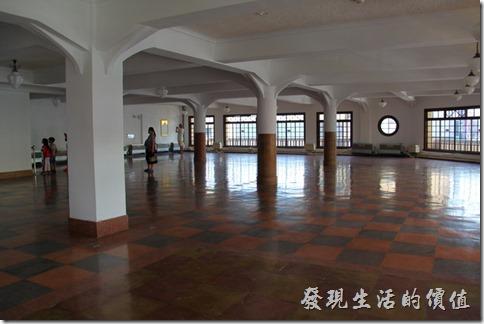 林百貨的室內有多根圓形及方形的樑柱支撐,卻剃得地方有簡單的裝飾。
