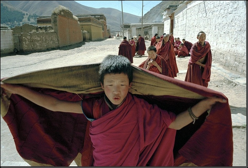 CHINA. Gansu Province. Xiahe. Novice Tibetan monks on their way to prayer. 1996.