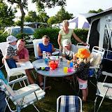 Aftensmad i solskin på campingpladsen