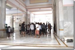 varanasi 051 pélerins devant la statue de Shiva