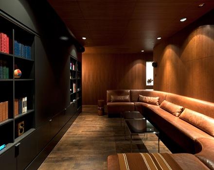 sala-revestimiento-paredes-madera-departamento-de-lujo-