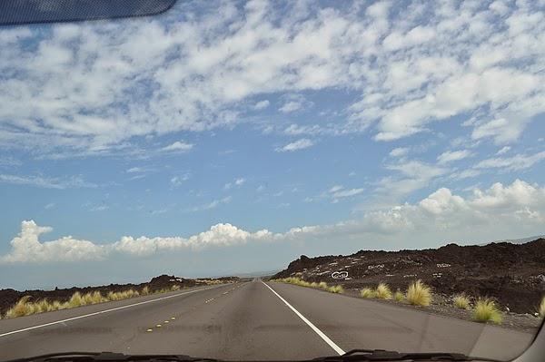 遍佈火山岩的公路