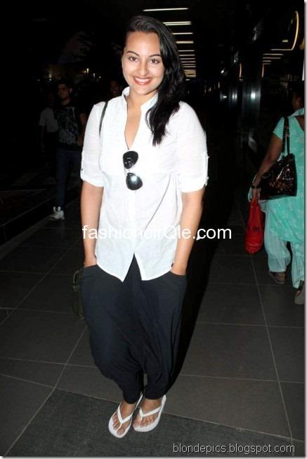 Sonakshi Sinha Hot Pics at Airport 2