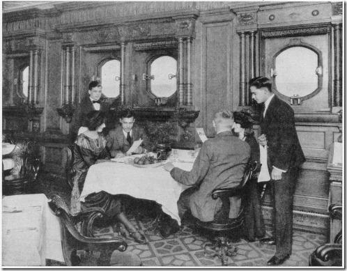 Sala de jantar da segunda classe nos anos do pós-guerra. As longas mesas retangulares foram substituídas por pequenas mesas