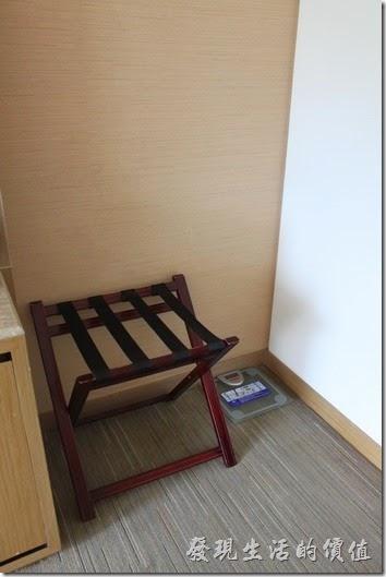 南投日月潭-雲品酒店。房間書桌上的電話為可攜式的無線電話,書桌上還白有水果可以自行取用。