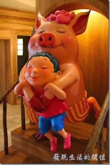 花蓮-翰品酒店。酒店的一樓大廳報到櫃台前,有可愛的粉紅豬,擁抱著想要飛翔的小男孩。