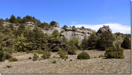 Le sentier passe au pied du plateau et surplombe les falaises de l'autoroute.