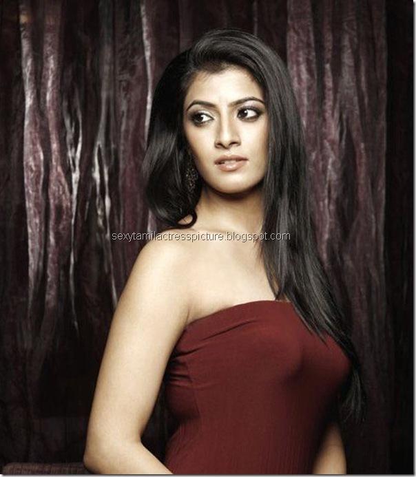 poda-podi-actress-Varalakshmi-sarathkumar-stills