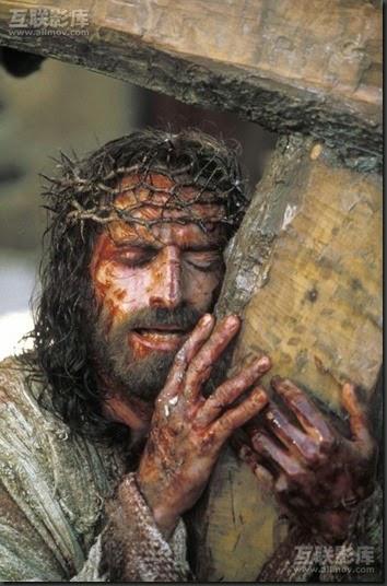 JESUS ABRAZA SU CRUZ