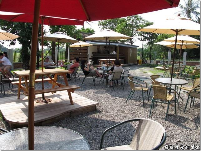 台南夕遊出張所-屋外露天咖啡座。